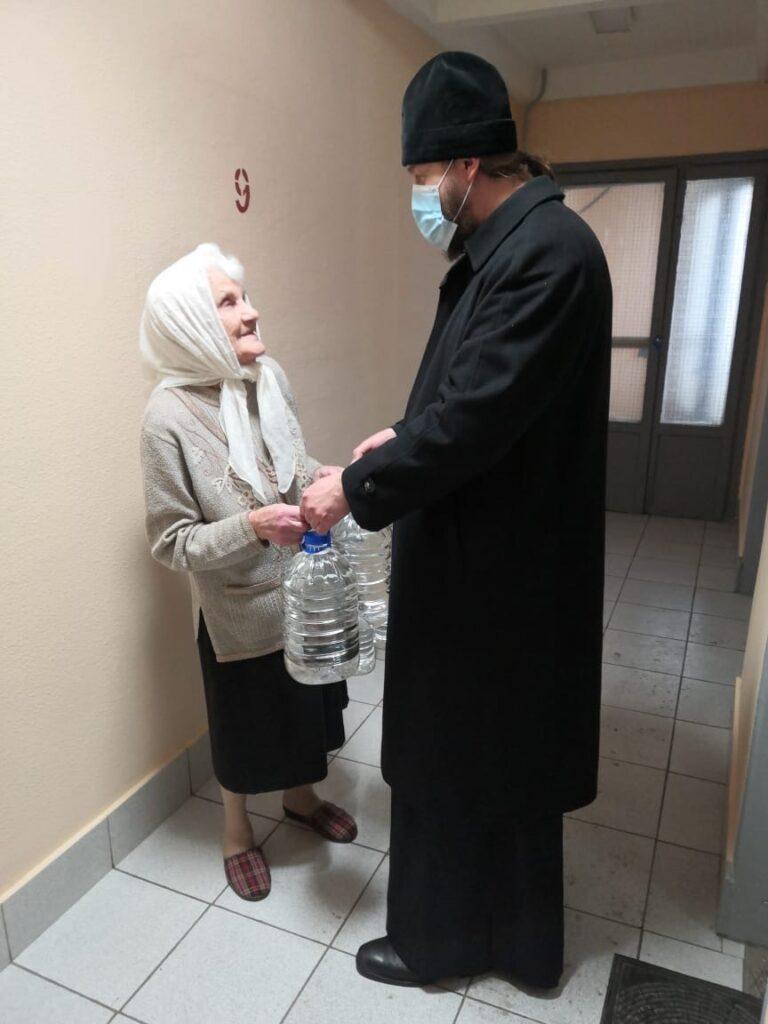 ветеранам Никольского храма в Покровском доставили Крещенскую воду