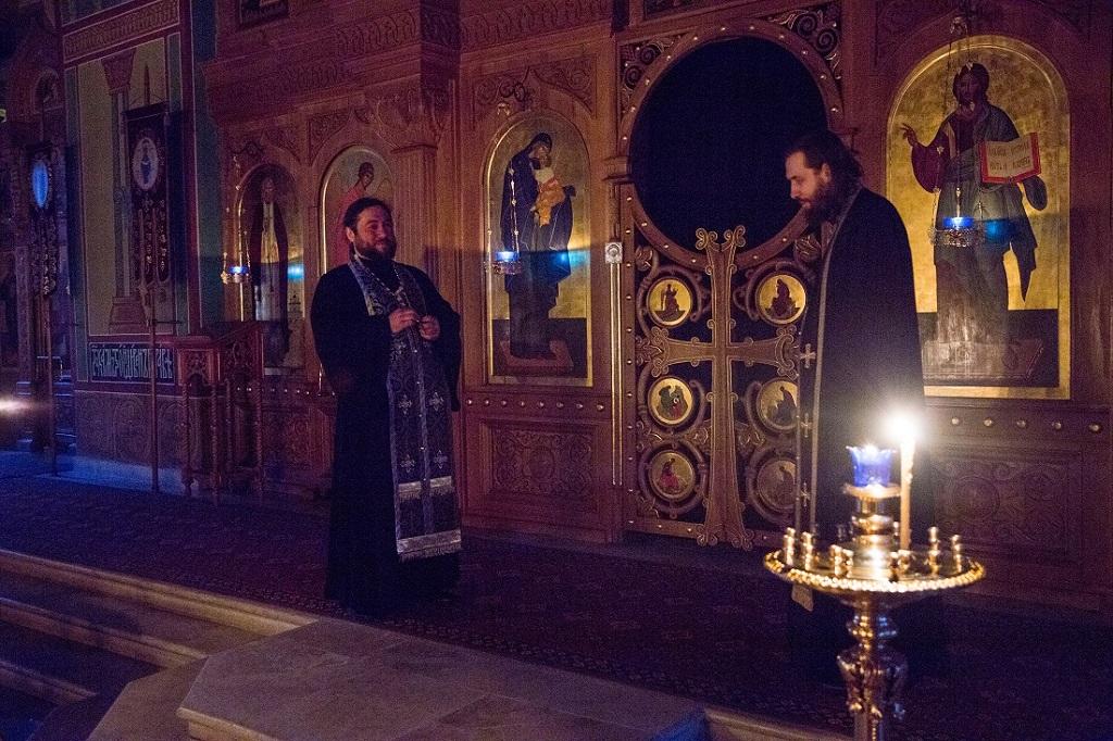 В Великие понедельник, вторник и среду в храме святителя Николая в Покровском совершались уставные богослужения